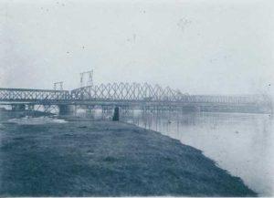 Stavba železničního mostu